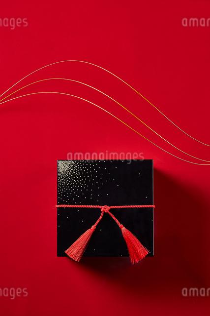 赤い天板に置かれたお重と水引の写真素材 [FYI01467830]