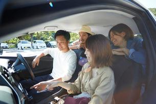 男女が車のナビを指差して話す車内の写真素材 [FYI01467875]