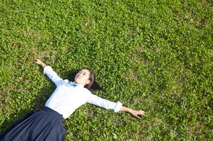 芝生に転がる女子高生の写真素材 [FYI01467912]