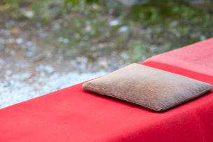 赤い布と座布団が置いてあるベンチの写真素材 [FYI01467930]