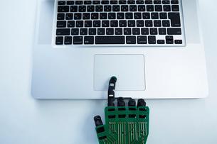 キーボードを打つロボットの手の写真素材 [FYI01467981]