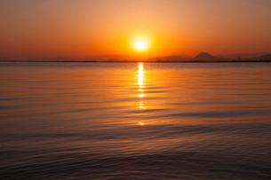 琵琶湖の日の出の写真素材 [FYI01467996]