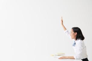 挙手をする女子高生の横顔の写真素材 [FYI01468052]