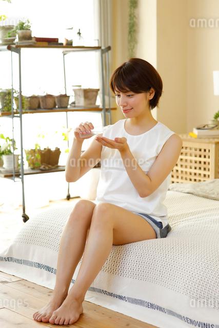 化粧水を使う若い女性の写真素材 [FYI01468384]