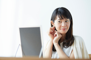 鏡を見て身支度をする女性の写真素材 [FYI01468388]