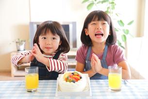 ケーキと幼い姉妹の写真素材 [FYI01468417]