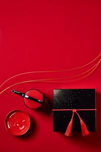 赤い天板に置かれたお重と屠蘇の写真素材 [FYI01468441]