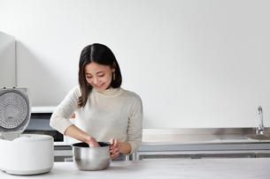 米を研ぐ女性の写真素材 [FYI01468443]