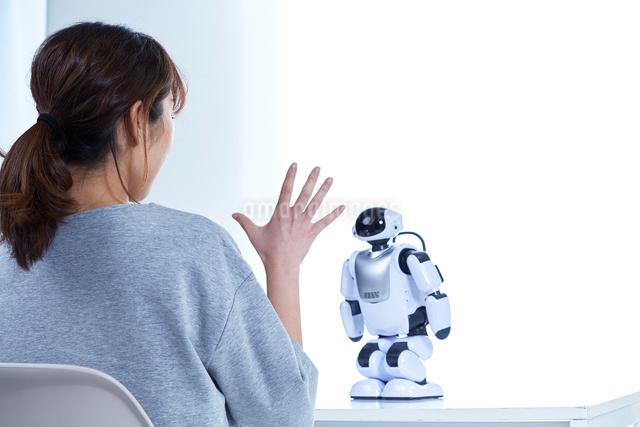 ミニロボットとおしゃべりする女性の写真素材 [FYI01468470]