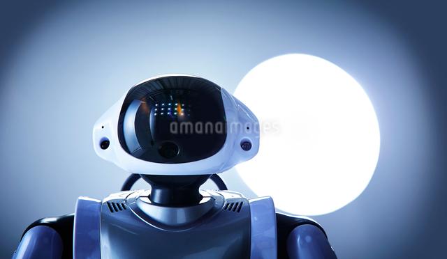 白い空間に立つロボットの写真素材 [FYI01468530]