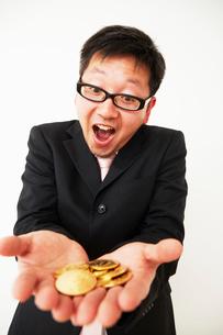ビットコインのビジネスに成功したスーツを着た男性の写真素材 [FYI01468548]