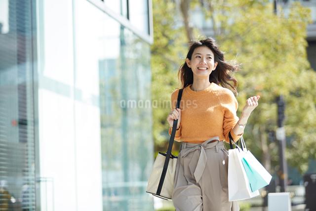 ショッピングを楽しむ笑顔の女性の写真素材 [FYI01468616]