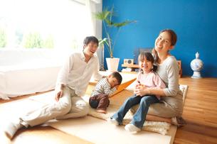 リビングでくつろぐ家族の写真素材 [FYI01468636]