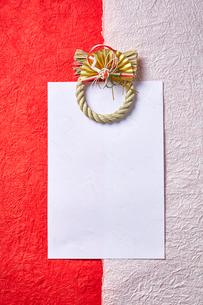 紅白の和紙と正月飾りの写真素材 [FYI01468733]