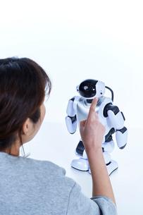 ミニロボットとおしゃべりする女性の写真素材 [FYI01468741]