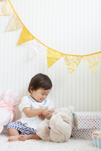 プレゼントに囲まれた赤ちゃんの写真素材 [FYI01468744]