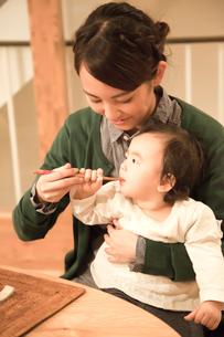 赤ちゃんに食事を与える若い女性の写真素材 [FYI01468747]