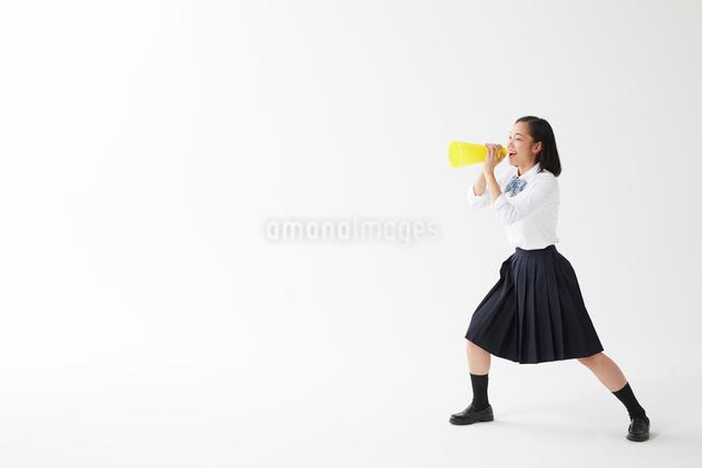 メガホンを持って叫ぶ女子高生の写真素材 [FYI01468794]