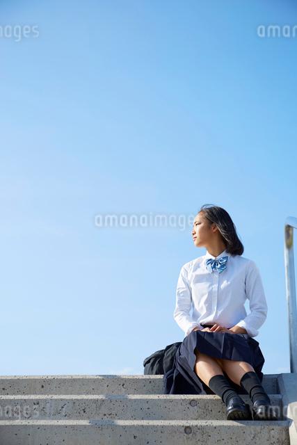河川敷の階段に座る女子高生の写真素材 [FYI01468810]