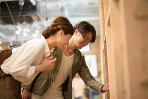 雑貨店でショッピングするカップルの写真素材 [FYI01468827]