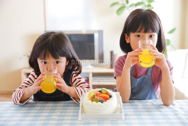 おやつタイムの幼い姉妹の写真素材 [FYI01468849]
