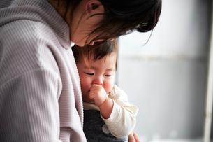 母の胸で甘える子供の写真素材 [FYI01468864]