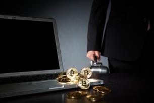 ビットコインとパソコンとアタッシュケースを持ったサラリーマンの写真素材 [FYI01468875]