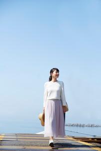 踏切を渡る女性の写真素材 [FYI01468890]