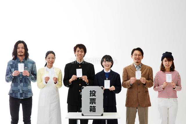 投票用紙を持つ人々と投票箱の写真素材 [FYI01468897]