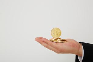 たくさんのビットコインを持った手の写真素材 [FYI01468904]