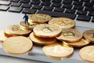キーボードの上に置いたビットコインとミニチュアの写真素材 [FYI01468951]