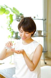 化粧水を使う若い女性の写真素材 [FYI01468969]