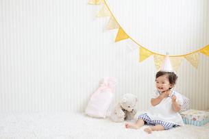 プレゼントに囲まれたパーティー帽子をかぶった赤ちゃんの写真素材 [FYI01468994]