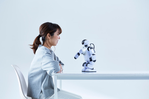 ミニロボットとおしゃべりする女性の写真素材 [FYI01469011]