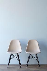 水色壁とフローリングの空間に置かれたチェア2脚の写真素材 [FYI01469012]