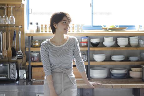 キッチンに佇む若い女性の写真素材 [FYI01469014]