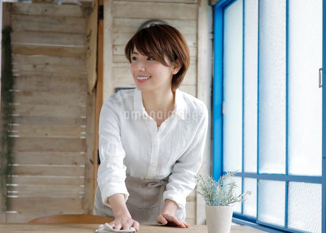 ウエイトレスの若い女性の写真素材 [FYI01469015]
