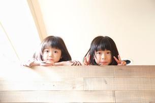 ロフトから顔を覗かせる2人の女の子の写真素材 [FYI01469029]