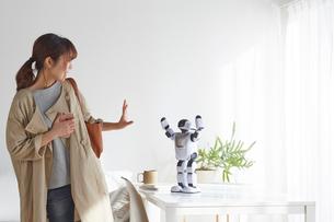 ロボットに手を振る女性の写真素材 [FYI01469033]