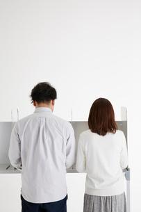 投票記載台を使用している男性と女性の写真素材 [FYI01469052]