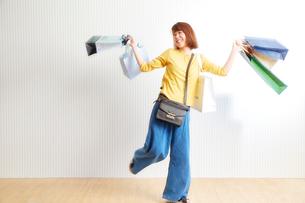 ショッピングをする女性の写真素材 [FYI01469075]