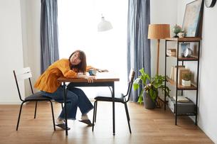 自宅にいるときに地震がきて怯える女性の写真素材 [FYI01469150]