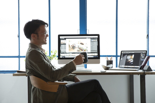 SOHOで仕事をする私服のビジネスマンの写真素材 [FYI01469161]