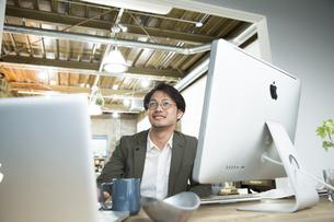 SOHOで仕事をする私服のビジネスマンの写真素材 [FYI01469165]