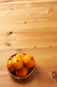 木天板の上のミカンの写真素材 [FYI01469257]