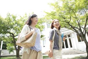 キャンパスを歩く2人の女子大生の写真素材 [FYI01469304]