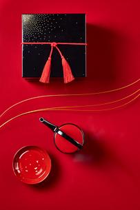 赤い天板に置かれたお重と屠蘇の写真素材 [FYI01469333]