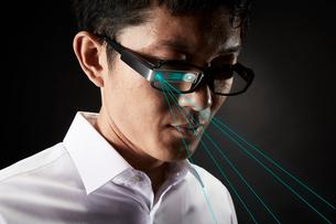 スマートグラスをかけている男性の写真素材 [FYI01469379]
