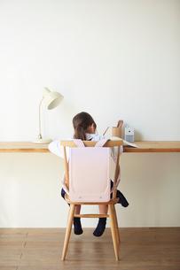 机で勉強をする小学生の女の子の写真素材 [FYI01469469]