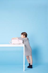 白いテーブルでランドセルにもたれる女の子の写真素材 [FYI01469511]